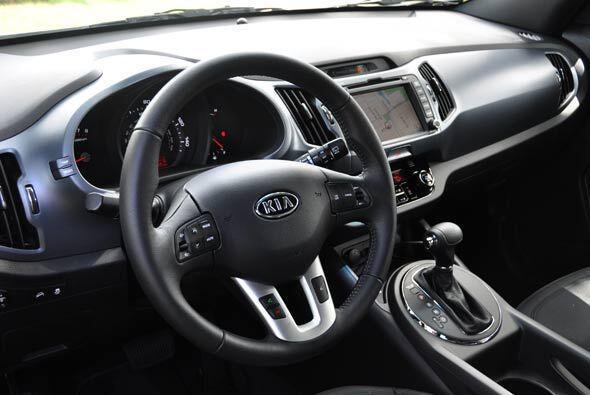 El volante tiene todos los comandos necesarios para no tener que soltarl...