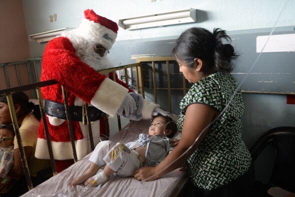 Santa siempre pide por la salud de todos los niños del mundo. Él también...