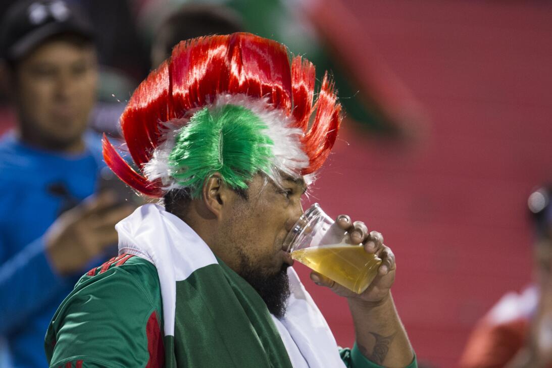 La fiesta de los mexicanos en el partido contra Islandia 20170208_2135.jpg