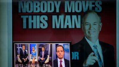 Un cartel muestra a Bill O'Reilly junto a una pantalla de televisión...