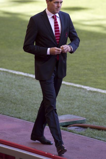 Gerrard llegó temprano al inmueble ataviado en un elegante traje refleja...