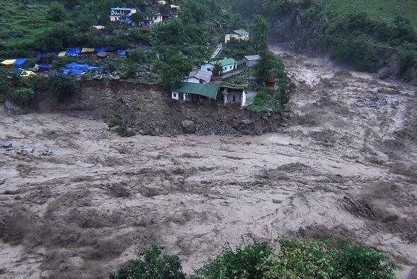 La televisión NDTV mostró imágenes de edificios der...
