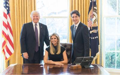 Ivanka Trump sentada en al silla del presidente