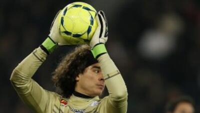 Memo Ochoa paró un penal en la victoria del Ajaccio.