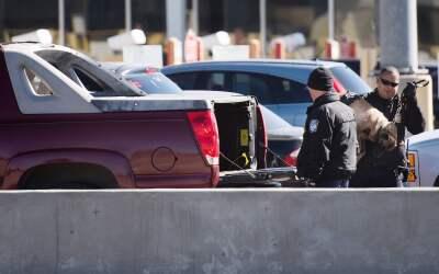 Agentes federales revisan una camioneta en la frontera México-Estados Un...
