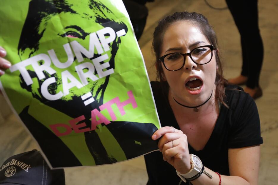 Una manifestante rechaza el proyecto de ley de salud sentada en la puert...