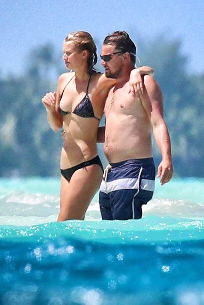 Ahora sí, siguieron caminando en el mar muy abrazaditos. Mira aquí más v...