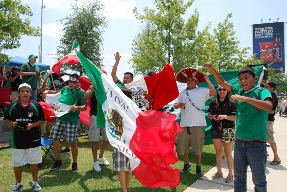 Los tricolores sacaron sombreros y banderas mientras llegaron al estadio.