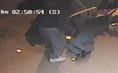 Imágenes fuertes: La policía busca a este hombre por agredir y abusar se...