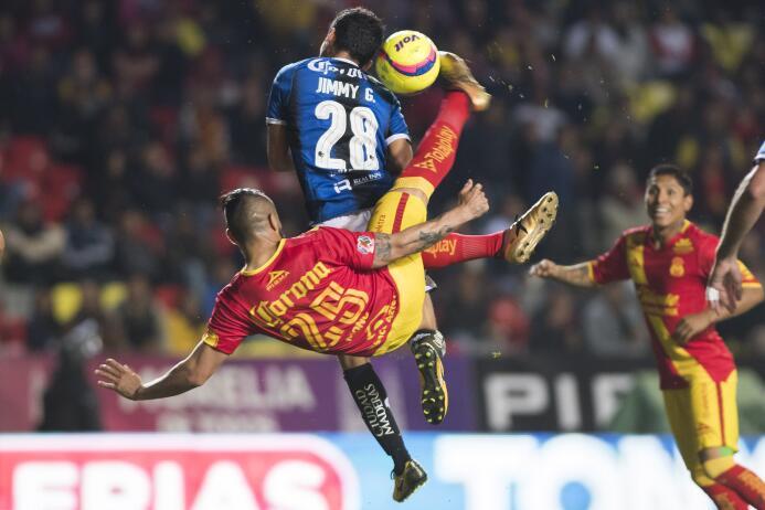 Mario Osuna de Morelia intenta una chilena luego de un tiro de esquina.