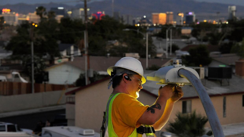 Un trabajador cambia un alumbrado público por una luz LED en Las Vegas,...