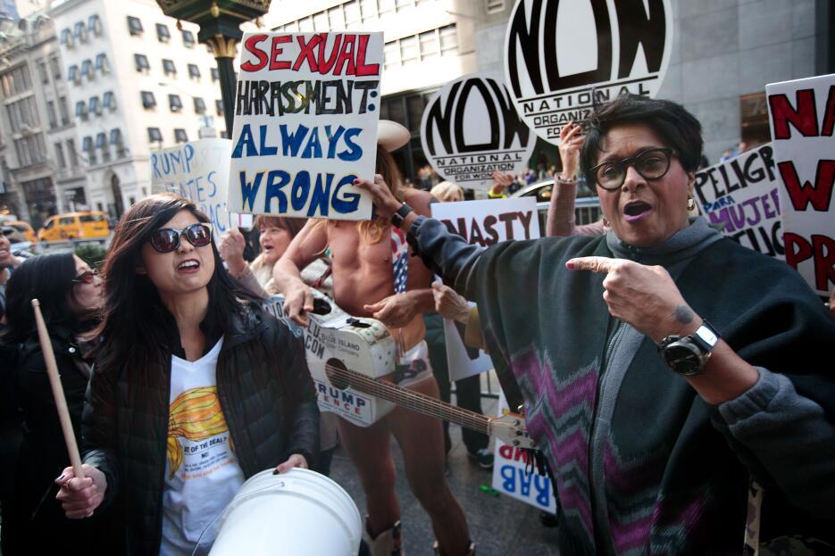 """""""El acoso sexual siempre está mal"""" lee una de las pancartas ut..."""