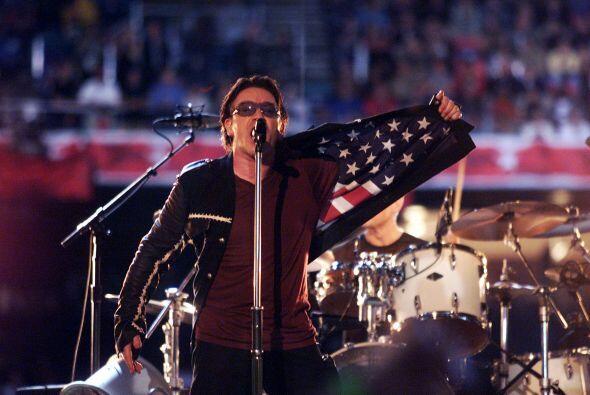 U2 amenizó el intermedio del Super Bowl XXXVI, en New Orleans, donde se...