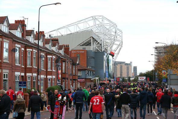 La afición se daba cita en el estadio de Old Trafford para ver el...