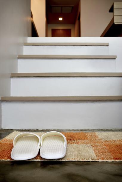 Haz de tu casa una 'shoes-off zone'. En lugar de angustiarte por tener q...
