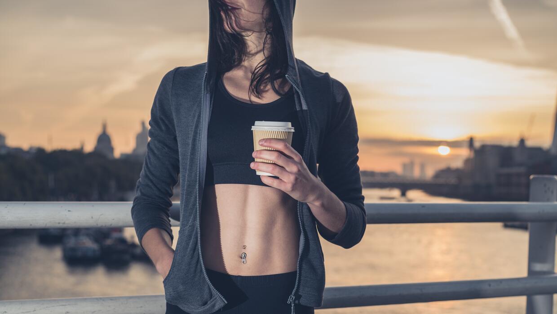 El café puede ayudar a mejorar la resistencia y la fuerza de los atletas.