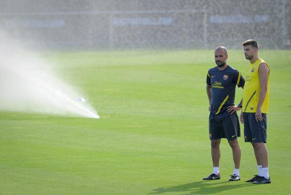 Guardiola platicaba con Piqué sobre algunos aspectos.