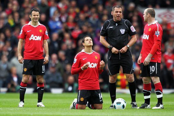 'Chicharito' hizo su clásico rezo antes de comenzar el partido.