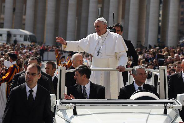 Francisco a bordo de un jeep descapotable, para beneplácito de los fieles.