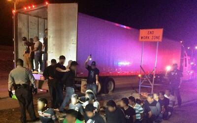 Un operativo federal llevó al hallazgo de 23 inmigrantes en un tr...