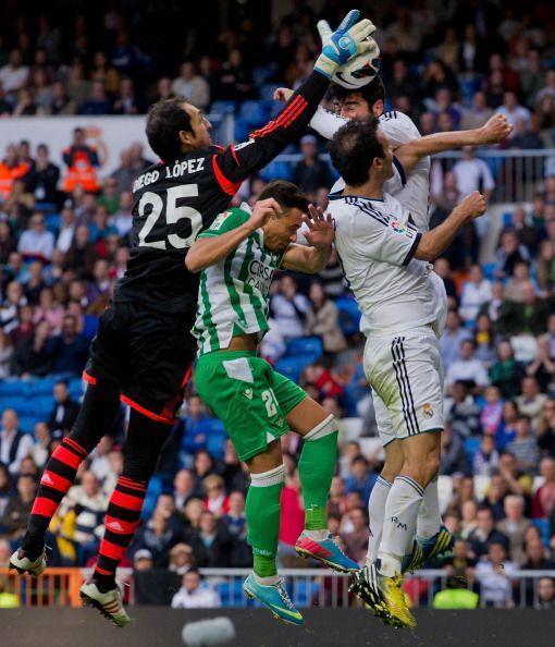 Diego López se golpeó pero pudo terminar el partido.
