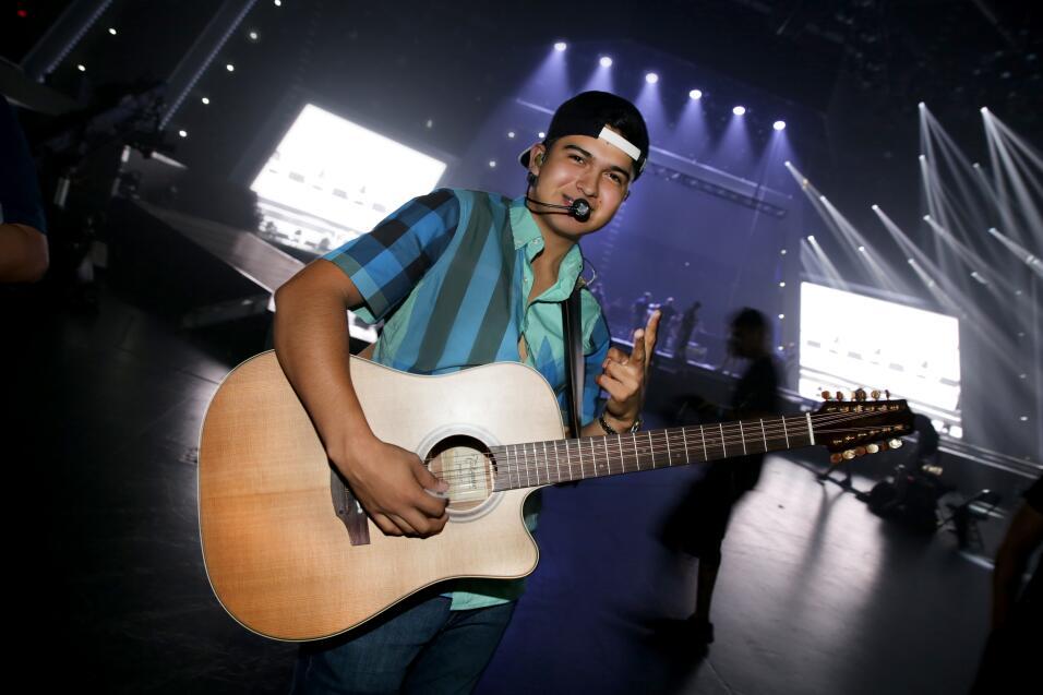 Ulices Chaidez y sus Plebes en los ensayos de Premios Juventud.