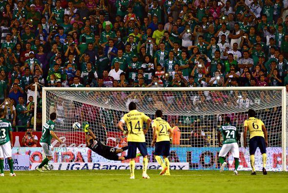 En el juego entre León y América se marcaron 2 penales de forma consecut...
