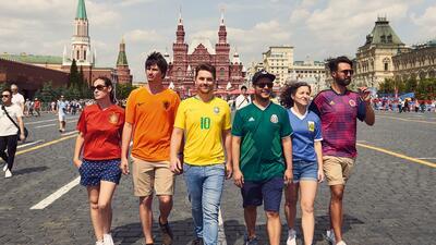 Estos seis aficionados desafían la prohibición de exhibir la bandera del orgullo LGBTI en Rusia