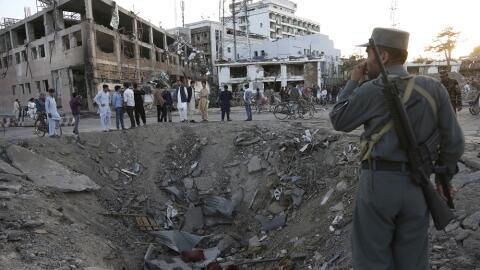 Fuerzas de seguridad junto al cráter creado por una explosi&oacut...