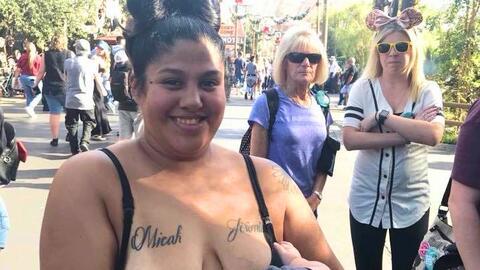 Brittni Medina amamanta a su hijo en Disneyland ante la mirada de dos mu...