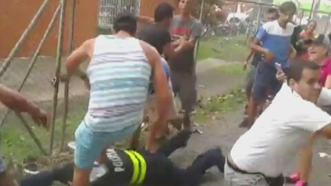 Hinchas de un equipo de fútbol descargaron su ira contra dos policías en...