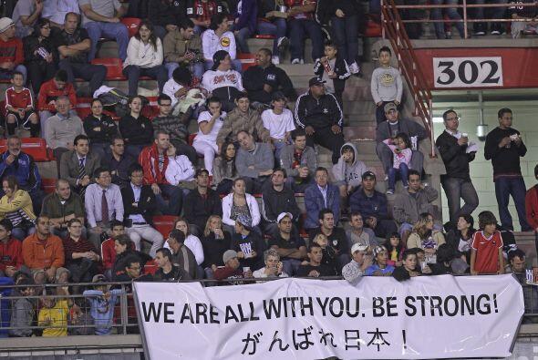 El cartel explica todo, ´Todos estamos contigo, sé fuerte´, y así el fút...