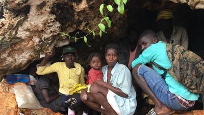 Encuentran a decenas de familias hambrientas en una cueva de Haití