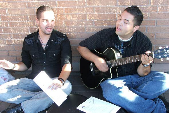 Otros comenzaron a afinar su voz, cantando varios temas.