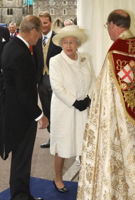 Pero al Camila no pertenecer a la religión anglicana, la reina Isabel II...