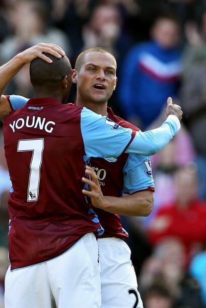 El '7' del Aston Villa, Young, convirtió el primer tanto del duelo apena...