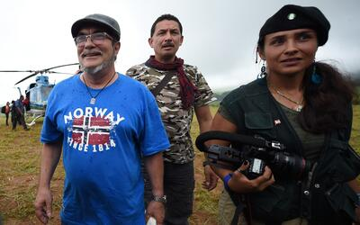 El líder de las FARC, Rodrigo Londono Echeverri (izquierda), m&aa...
