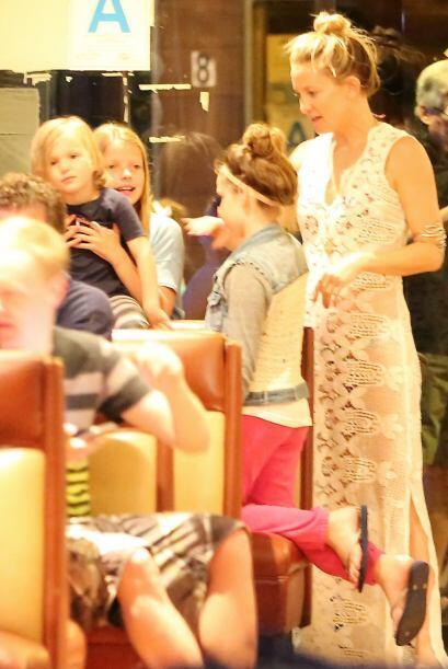 Kate estuvo platicando con las niñas.