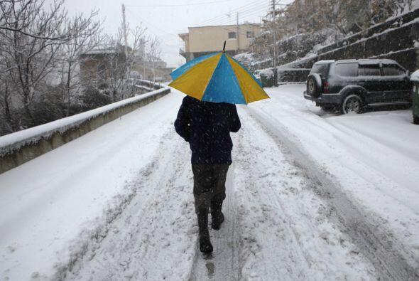 Un hombre camina en la nieve durante una fuerte nevada en el pueblo de K...