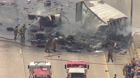 El infernal incendio que provocó un choque entre tres camiones en Texas