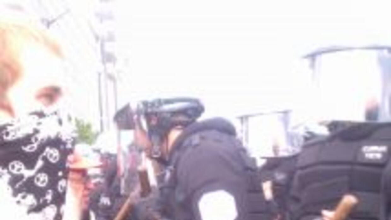La policía antidisturbios formó un parapeto con sus efectivos para frena...