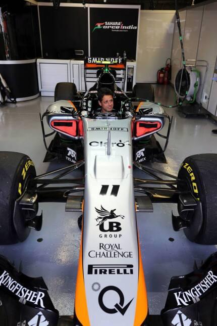 Chicharito se prueba como piloto de F1