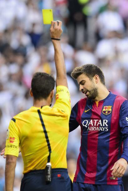 Al minuto 33 una torpe mano de Piqué dentro del área le valió la amarill...
