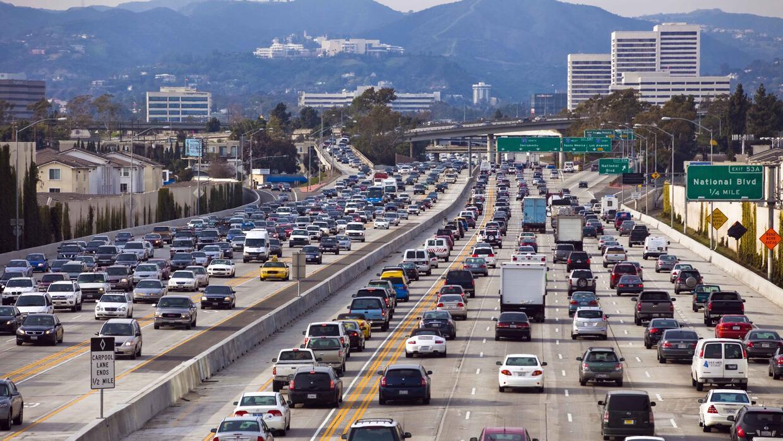 Atasco de tránsito en la autopista interestatal I-405 cerca de San Diego...