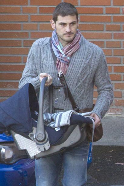 Iker desde el primer momento no se separa de su bebé.