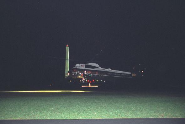 La nave Marine Two recoge a los Cheney. (Imagen del Archivo Nacional de...