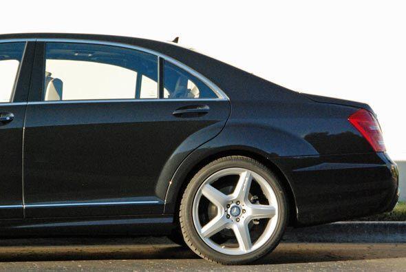 De la puerta trasera al maletero, el S400 Hybrid tiene toda la presencia...
