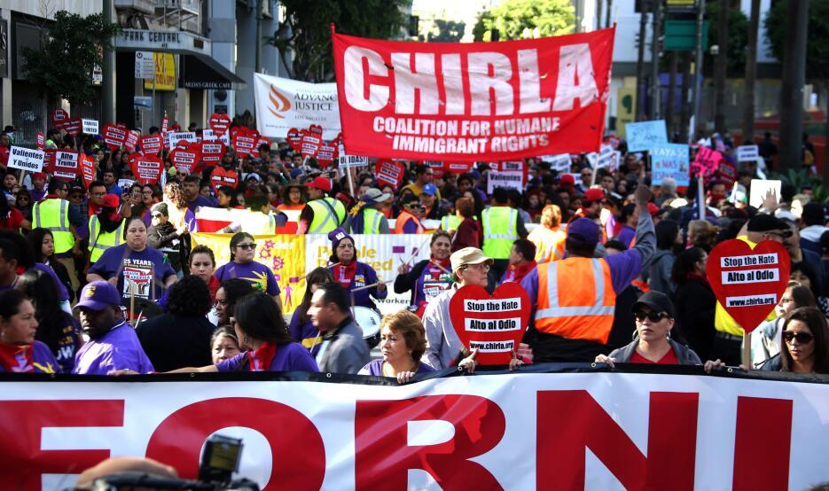 Miles de manifestantes marchan por las calles de Los Ángeles en el '...