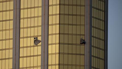 Varias cortinas salen de unas ventanas rotas en el hotel y casino Mandal...