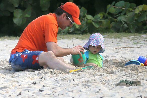 Y se puso a jugar en la arena con su encantador bebé. ¿No es la foto más...